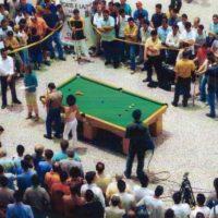 Apresentação de sinuca no calçadão da rua XV em Curitiba