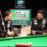 Fabinho e Noel no jogo de duplas no mundial de snooker