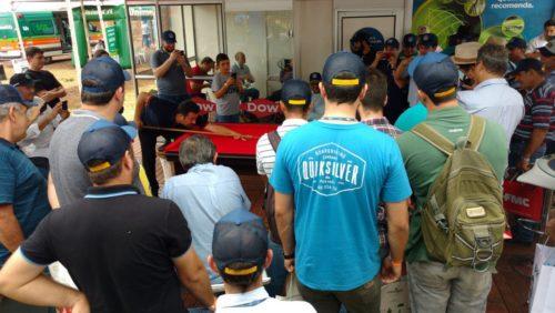 Noel faz apresentação de sinuca na feira SuperAgro 2018